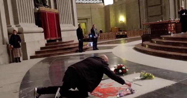 Un hombre pinta con pintura roja la tumba de Franco: ''Por la libertad''. Vídeo del momento