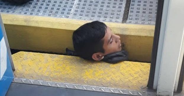 Un joven queda atrapado por la cabeza entre un tren y el andén