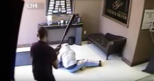 El dueño de una tienda deja KO a un ladrón con un bate de béisbol