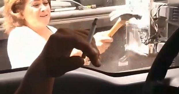 Chocan con el coche de ''Lady Martillo'' y esta se venga rompiéndoles el retrovisor