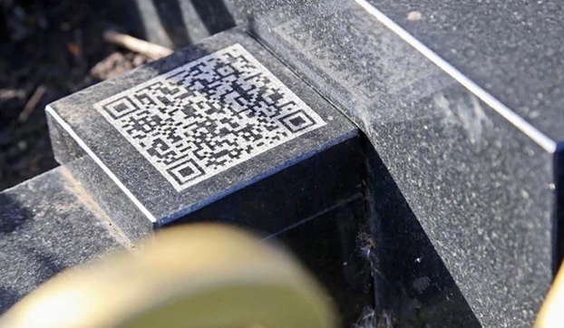 Un padre encarga una lápida en forma de iPhone para la tumba de su difunta hija