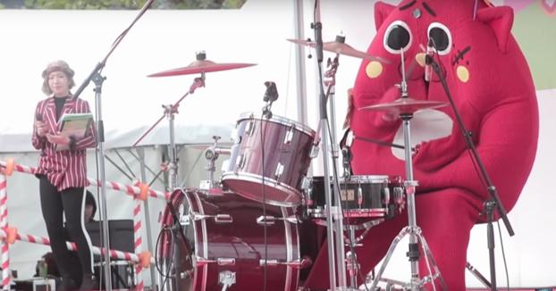 Lo contrataron para tocar la batería en un show para niños y acabó dando todo un espectáculo
