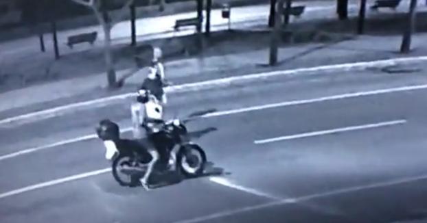 Un motorista le intenta robar el bolso a una mujer que iba con su pareja, cuando de repente... Sorpresa!