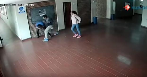 Un padre le pega una paliza al profesor que abusó sexualmente de su hija