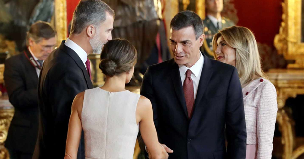 Cuando te crees que eres el Rey: Cachondeo en Twitter por el error de Pedro Sánchez en el besamanos del 12 de Octubre
