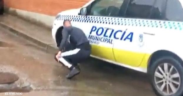 Pincha las ruedas de un coche de la Policía Municipal de Madrid y sube el vídeo a las redes sociales