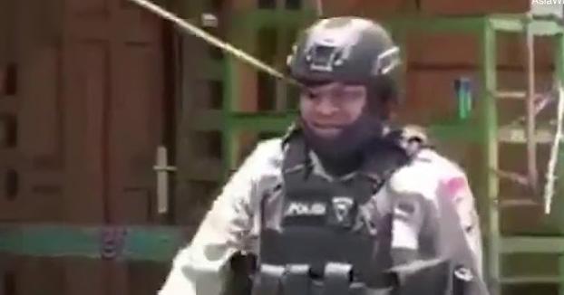 Un policía recibe un flechazo en el ojo durante unas protestas y camina como si nada
