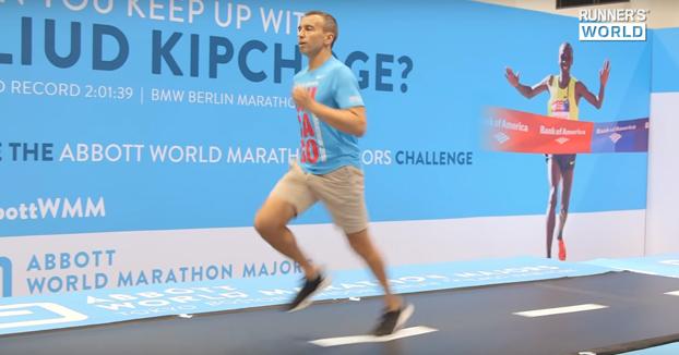 Personas intentando aguantar el ritmo de Eliud Kipchoge, actual poseedor del récord mundial de maratón
