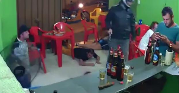 Entran a robar al bar a punta de pistola y él ni se da cuenta porque está con el móvil