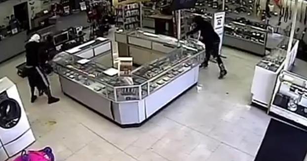Entran a robar a una tienda, golpean la vitrina con martillos y descubren que el vidrio es irrompible