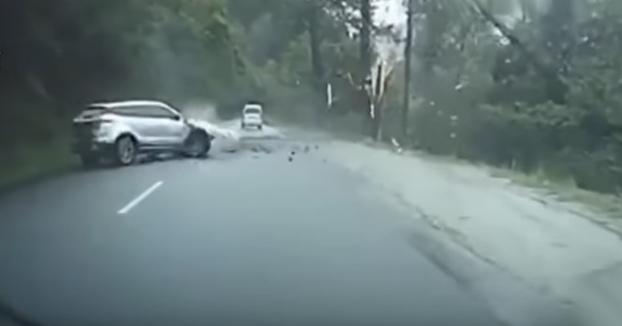 Momento en el que una enorme roca cae sobre un coche en una carretera de montaña al suroeste de China