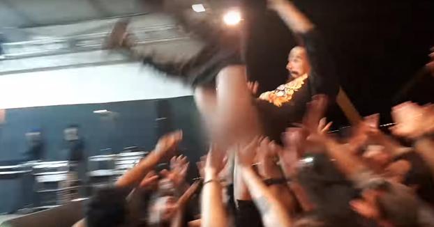 Cuando te dispongas a hacer un crowd surfing en un concierto, amárrate bien los pantalones