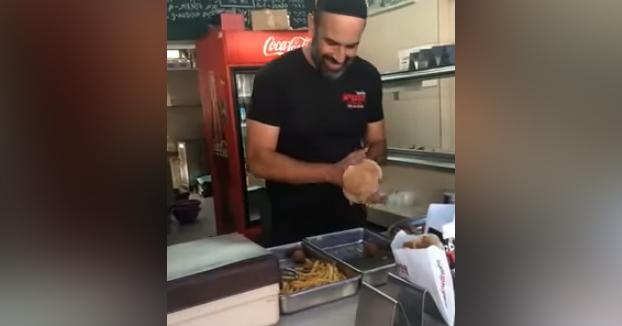 El tío con más arte sirviendo falafels