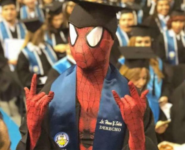 Spiderman se gradúa en Derecho en una universidad de México
