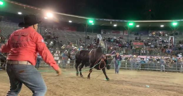 Un borracho se mete en el ruedo y el toro acaba lanzándolo por los aires