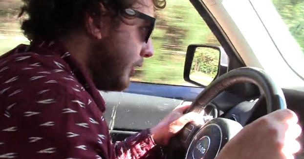 Va conduciendo y le entran ganas de vomitar. Y vaya si vomita...