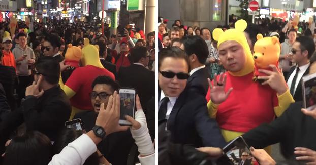 Disfrazado de Winnie the Pooh con escoltas en Shibuya, Tokyo