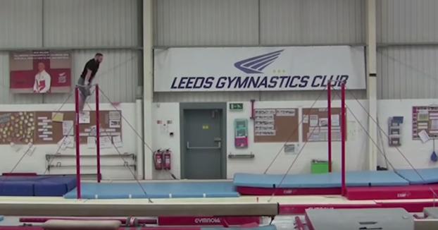 El gimnasta Ashley Watson consigue un récord Guinness haciendo un impresionante salto entre barras fijas
