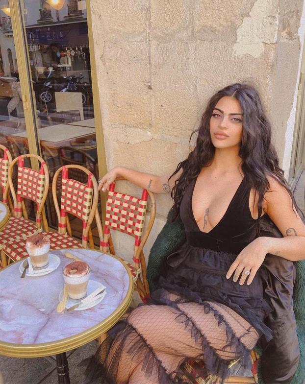 Niegan la entrada a una modelo al Museo del Louvre por cómo iba vestida