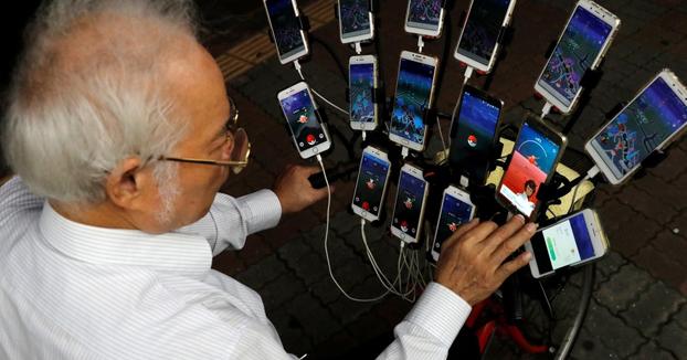 El ''abuelo Pokémon'': tiene 70 años y sale a cazar Pokémons con 15 móviles a la vez