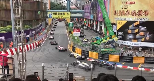 Espeluznante accidente de Sophia Flörsch en el GP de Macao de F3: Sale volando con su coche por encima de la valla
