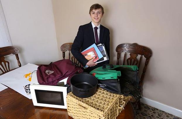 Un colegio prohibe llevar mochilas por razones de salud y un alumno utiliza un microondas para llevar los libros