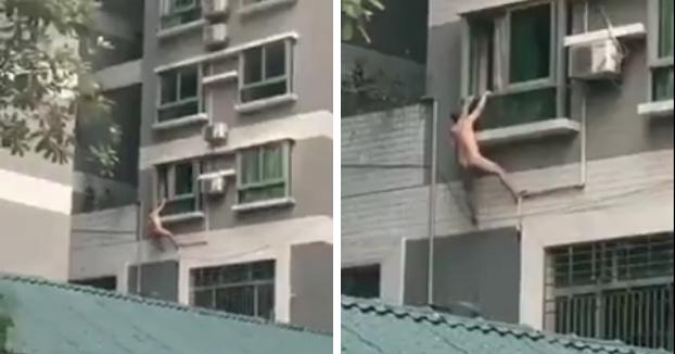 El amante se cuelga de la ventana ante la llegada del marido de la mujer, se le acaban las fuerzas y cae