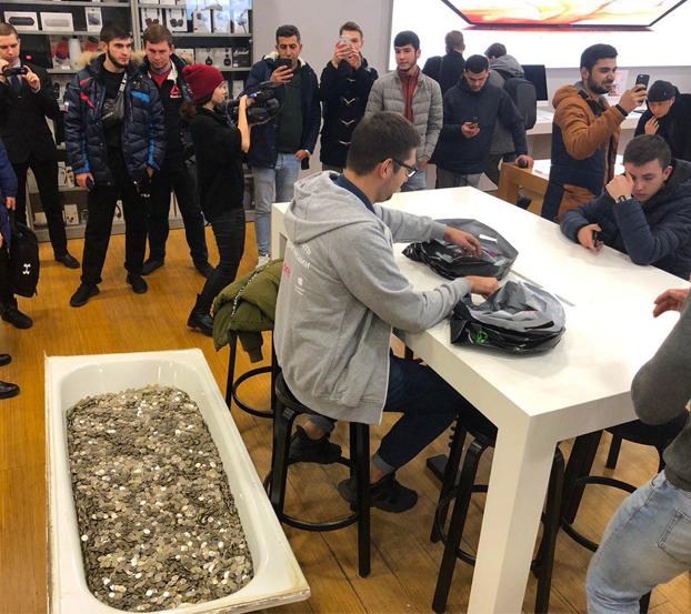 Lleva una bañera con 100.000 rublos en monedas a una Apple Store para comprar un iPhone XS