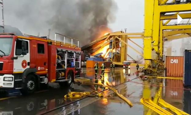 Un barco choca en el Port de Barcelona y provoca un aparatoso incendio