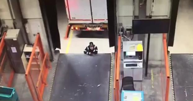 Un trabajador se distrae apoyado en la cinta de carga y el camión lo atropella contra ella