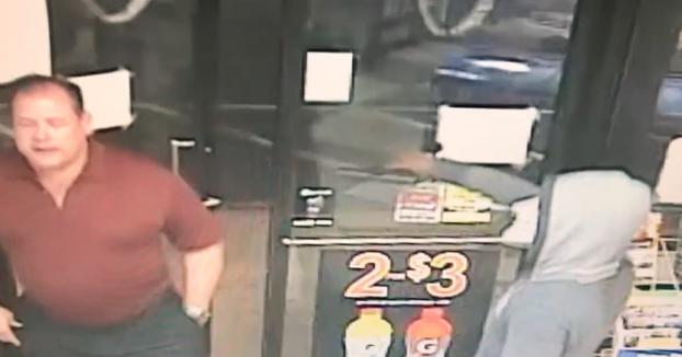 Un cliente entró en la tienda como si nada mientras que se estaba cometiendo un robo