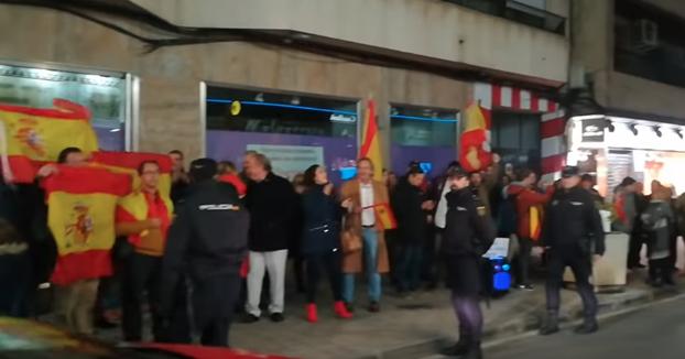 """Reciben a Dani Mateo en Ciudad Real con banderas de España y el himno de la Legión: """"Tonto, que eres tonto del 'tó'"""""""