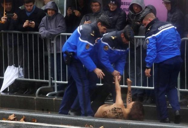 Una activista de Femen se lanza en topless hacia la carvana de Trump en París
