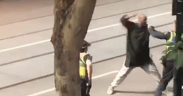 Un hombre ataca con un cuchillo a transeúntes y policías en Melbourne