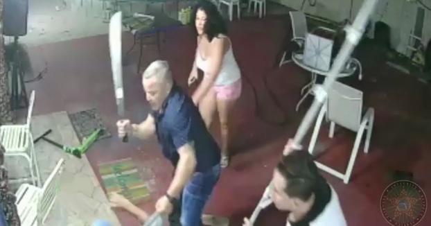 Se enfrenta con un machete a unos ladrones armados que entraron a robar a su casa