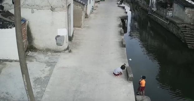 Un hombre salva a una niña pequeña de ahogarse