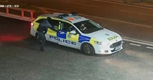Dos encapuchados atracan una gasolinera y uno de ellos intenta escapar en un coche de policía