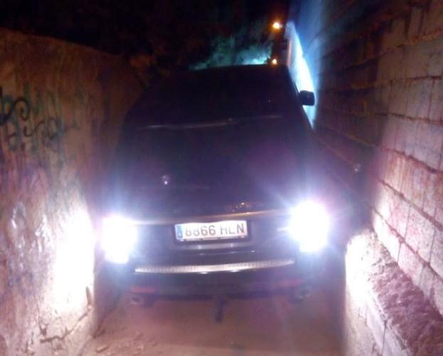 Unos ladrones quedan atrapados en el coche en un callejón de Totana al tratar de huir de la Policía