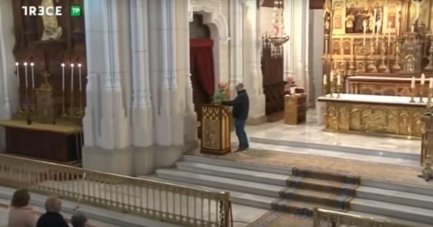 ''Hola, soy Luis Enrique y soy la reencarnación'': Un hombre se cuela en directo en la misa de 13TV