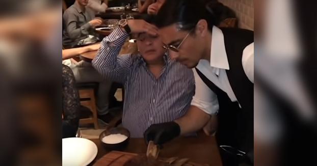 Encuentra a alguien que te mire como Maradona mira a su carne