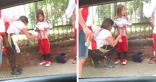 Una mujer llena de bengalas a una niña para así evitar los controles policiales y poder entrar al estadio con ellas