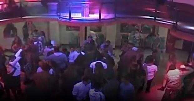 Una mujer estrangula y deja inconsciente a un portero de discoteca al pensar que le tocó el culo