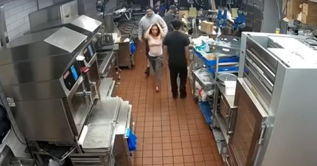 Una mujer irrumpe en un McDonald's y ataca al gerente por falta de bolsitas de kétchup