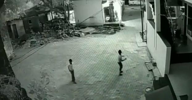 Un chaval de 11 años cae desde un tercer piso y se salva al caer sobre la espalda de su amigo