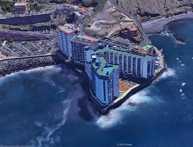 Una ola alcanza el tercer piso de un edificio de Tenerife y destroza varios balcones