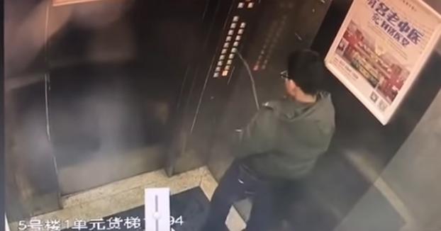 Este chaval orina en los botones del ascensor y lo atasca