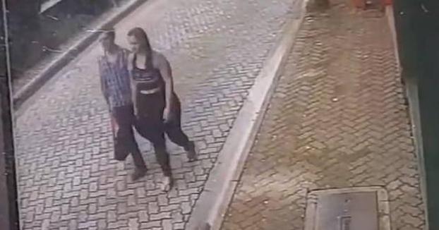 Salva su vida y la de su novia cuando un coche fuera de control va a hacia ellos a toda velocidad