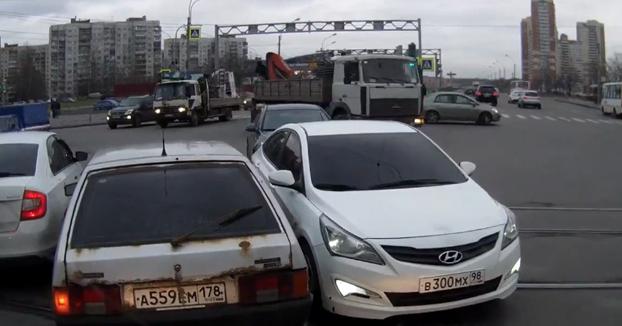 Un roce entre dos coches en una intersección de San Petersburgo acaba en pelea entre los conductores