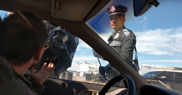 Los policías le dicen que baje la ventanilla, el conductor se niega y ocurre lo siguiente...