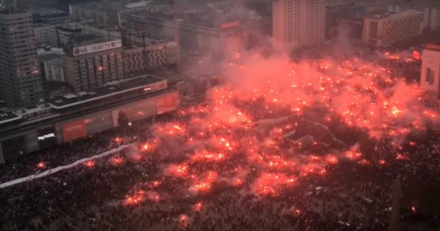Los polacos celebran el centenario de la independencia de Polonia con su himno y muuuuchas bengalas